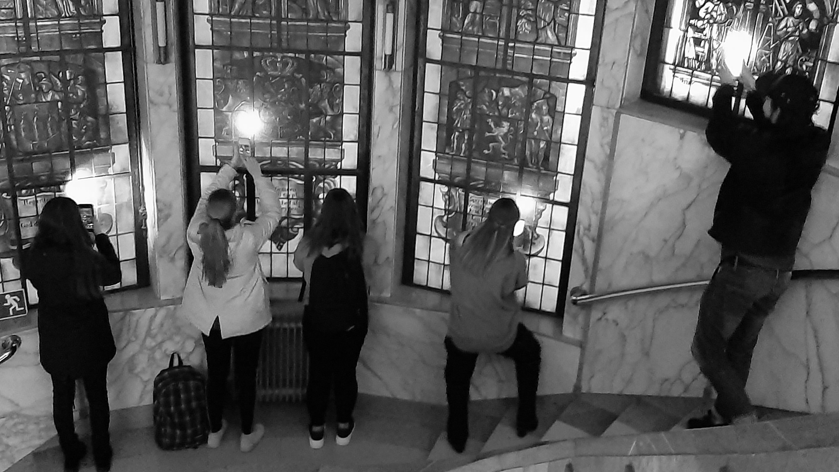 Studenten maken foto's van glas-in-lood in Paleis.